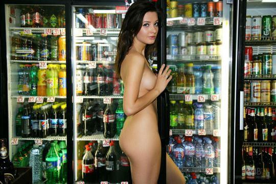 【外人】黒髪ロングの美人過ぎる海外素人美女がスーバーマーケットでオールヌード露出ポルノ画像 2417
