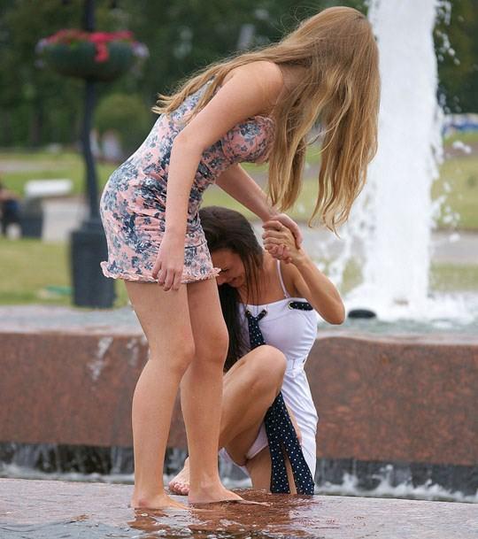 【外人】ロシアの素人娘が野外の噴水でじゃれ合っておっぱい丸見えな露出ポルノ画像 2423