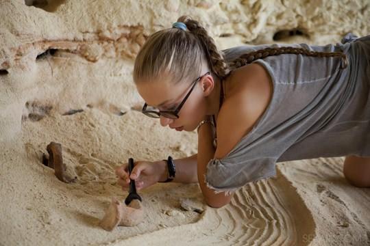 【外人】ウクライナのドスケベ美人姉妹ミレーナ(Milena D)とニカ(Nika N)が洞窟でレズエッチするポルノ画像 249