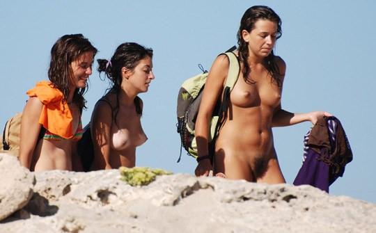 【外人】3人の激カワ素人娘をヌーディストビーチで激写したらマン毛が生えてたポルノ画像 2523
