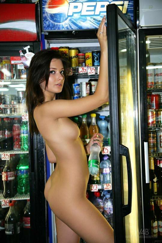 【外人】黒髪ロングの美人過ぎる海外素人美女がスーバーマーケットでオールヌード露出ポルノ画像 2614