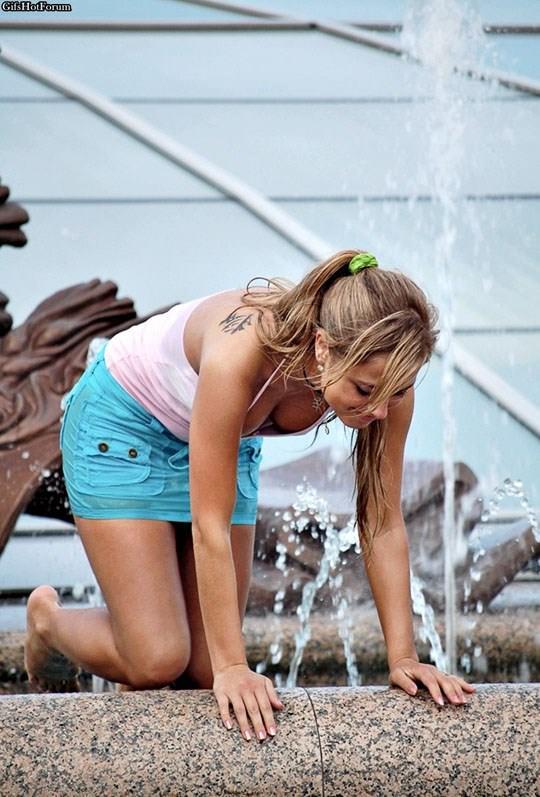 【外人】ロシアの素人娘が野外の噴水でじゃれ合っておっぱい丸見えな露出ポルノ画像 2619