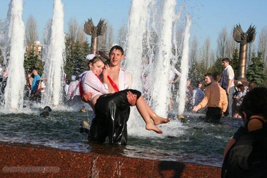 【外人】ロシアの素人娘が野外の噴水でじゃれ合っておっぱい丸見えな露出ポルノ画像 2720