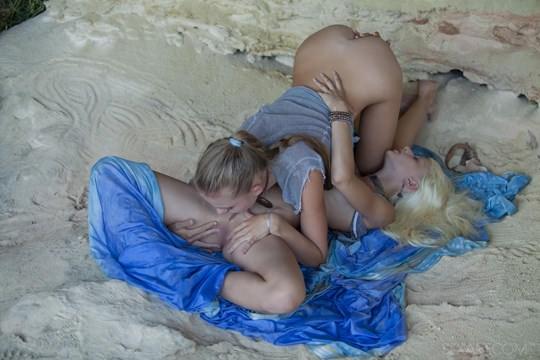 【外人】ウクライナのドスケベ美人姉妹ミレーナ(Milena D)とニカ(Nika N)が洞窟でレズエッチするポルノ画像 278
