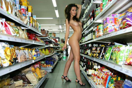 【外人】黒髪ロングの美人過ぎる海外素人美女がスーバーマーケットでオールヌード露出ポルノ画像 2815