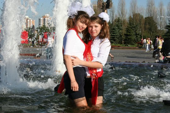 【外人】ロシアの素人娘が野外の噴水でじゃれ合っておっぱい丸見えな露出ポルノ画像 2819