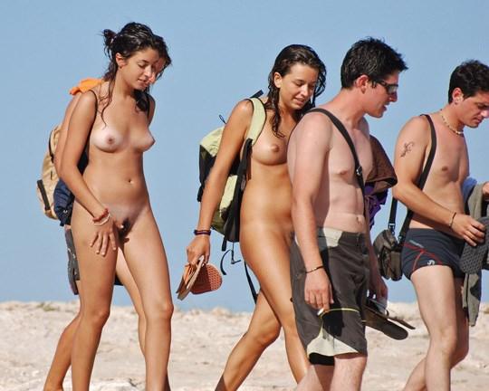 【外人】3人の激カワ素人娘をヌーディストビーチで激写したらマン毛が生えてたポルノ画像 2821