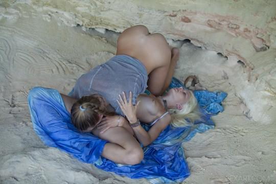 【外人】ウクライナのドスケベ美人姉妹ミレーナ(Milena D)とニカ(Nika N)が洞窟でレズエッチするポルノ画像 288