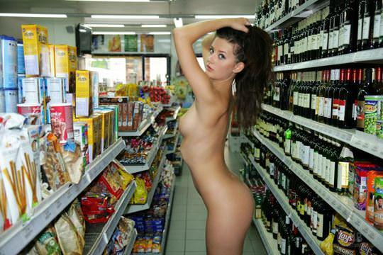 【外人】黒髪ロングの美人過ぎる海外素人美女がスーバーマーケットでオールヌード露出ポルノ画像 2915