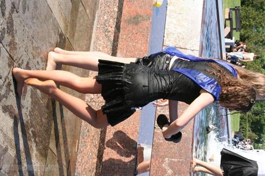 【外人】ロシアの素人娘が野外の噴水でじゃれ合っておっぱい丸見えな露出ポルノ画像 2919