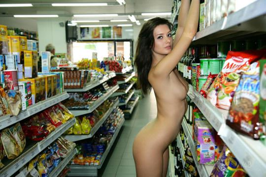 【外人】黒髪ロングの美人過ぎる海外素人美女がスーバーマーケットでオールヌード露出ポルノ画像 3013