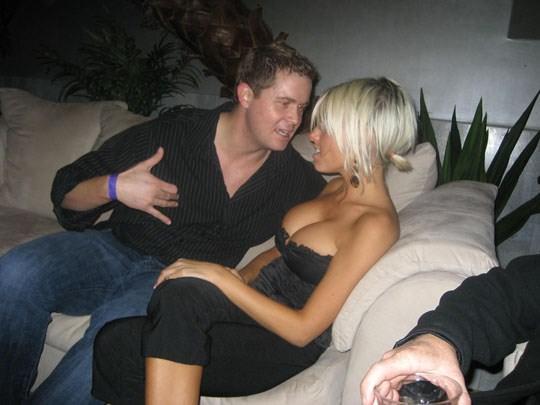 【外人】妻や姉妹のおっぱいの谷間が撮れちゃった胸チラポルノ画像 305