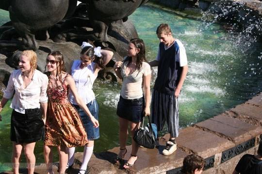 【外人】ロシアの素人娘が野外の噴水でじゃれ合っておっぱい丸見えな露出ポルノ画像 3121