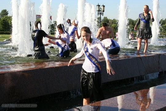 【外人】ロシアの素人娘が野外の噴水でじゃれ合っておっぱい丸見えな露出ポルノ画像 3217