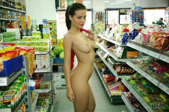 【外人】黒髪ロングの美人過ぎる海外素人美女がスーバーマーケットでオールヌード露出ポルノ画像 3311