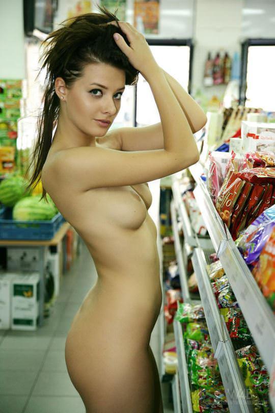 【外人】黒髪ロングの美人過ぎる海外素人美女がスーバーマーケットでオールヌード露出ポルノ画像 358