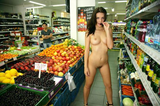 【外人】黒髪ロングの美人過ぎる海外素人美女がスーバーマーケットでオールヌード露出ポルノ画像 386