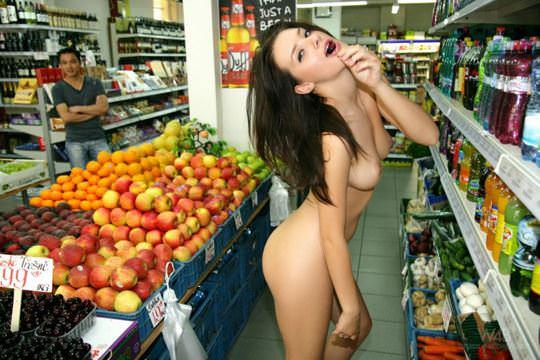 【外人】黒髪ロングの美人過ぎる海外素人美女がスーバーマーケットでオールヌード露出ポルノ画像 394