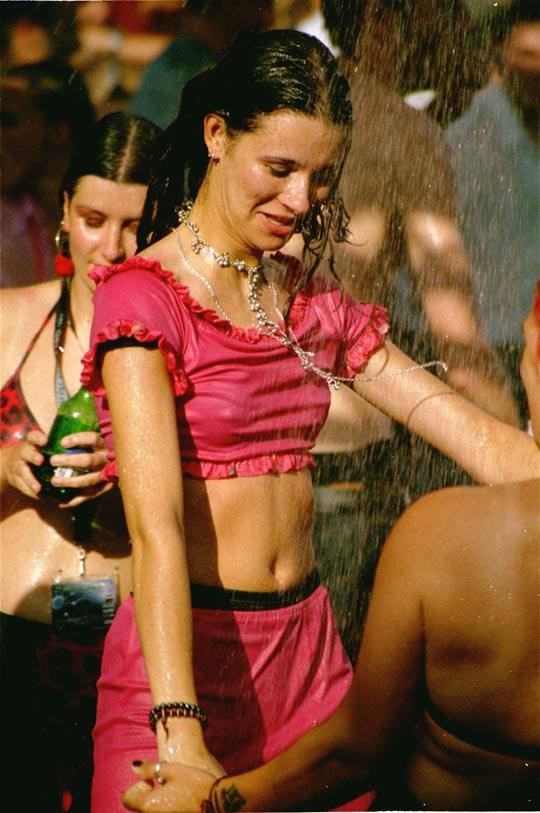 【外人】ロシアの素人娘が野外の噴水でじゃれ合っておっぱい丸見えな露出ポルノ画像 4114