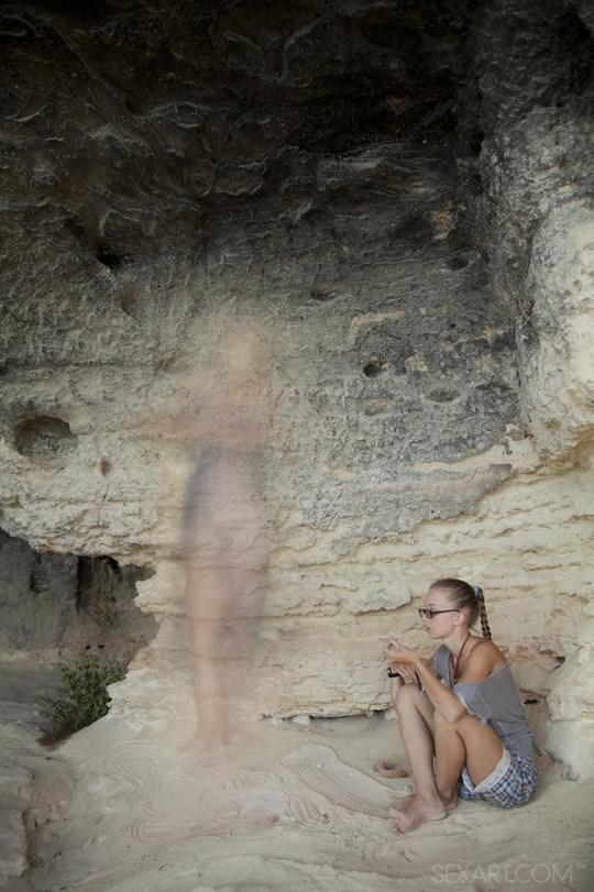【外人】ウクライナのドスケベ美人姉妹ミレーナ(Milena D)とニカ(Nika N)が洞窟でレズエッチするポルノ画像 425