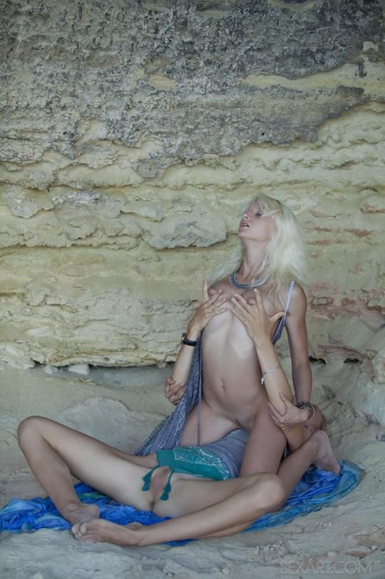 【外人】ウクライナのドスケベ美人姉妹ミレーナ(Milena D)とニカ(Nika N)が洞窟でレズエッチするポルノ画像 442