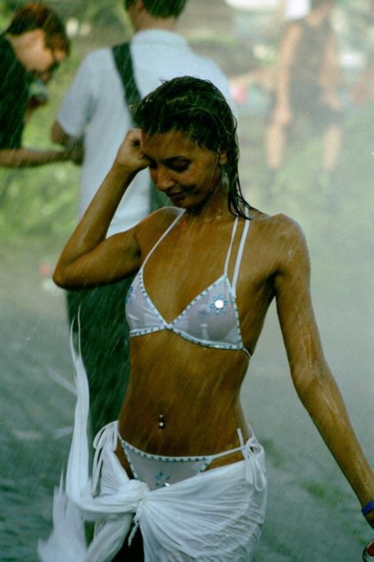 【外人】ロシアの素人娘が野外の噴水でじゃれ合っておっぱい丸見えな露出ポルノ画像 459