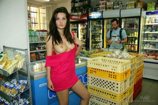 【外人】黒髪ロングの美人過ぎる海外素人美女がスーバーマーケットでオールヌード露出ポルノ画像 533