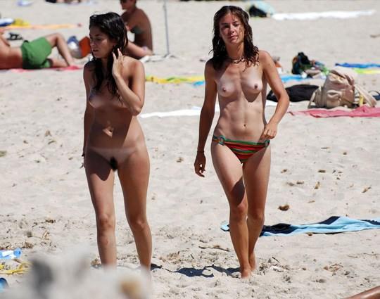 【外人】3人の激カワ素人娘をヌーディストビーチで激写したらマン毛が生えてたポルノ画像 550