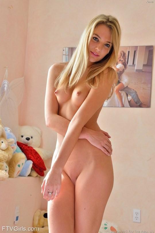 【外人】ぷっくり乳首が美しい19歳の金髪美少女のちっぱいセミヌードポルノ画像 619