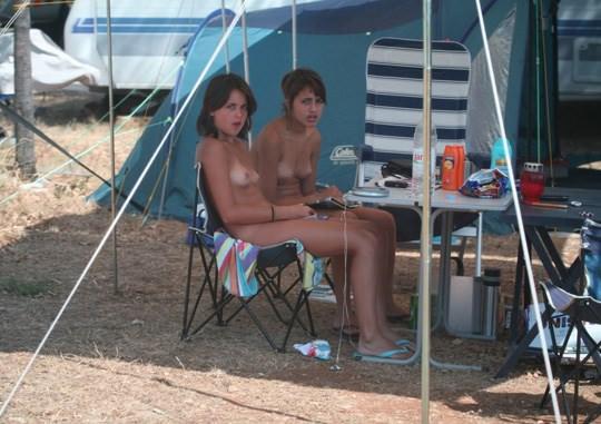 【外人】女姉妹と母親が全裸でBBQしてる所を盗撮した露出ポルノ画像 647