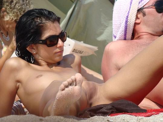 【外人】ヌーディストビーチでパイパンまんこを激写した盗撮ポルノ画像 653