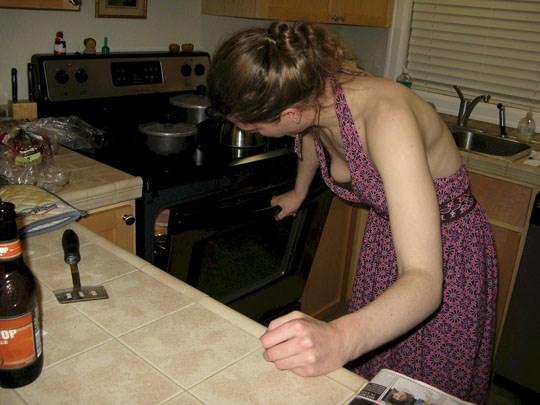 【外人】妻や姉妹のおっぱいの谷間が撮れちゃった胸チラポルノ画像 77