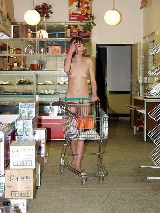 【外人】性癖異常の海外美女がスーバーマーケットで裸を晒す露出狂ポルノ画像 819