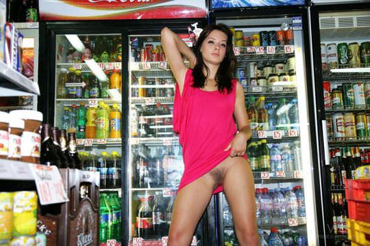 【外人】黒髪ロングの美人過ぎる海外素人美女がスーバーマーケットでオールヌード露出ポルノ画像 825