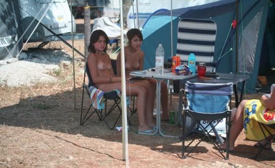 【外人】女姉妹と母親が全裸でBBQしてる所を盗撮した露出ポルノ画像 834