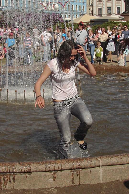 【外人】ロシアの素人娘が野外の噴水でじゃれ合っておっぱい丸見えな露出ポルノ画像 836
