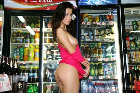 【外人】黒髪ロングの美人過ぎる海外素人美女がスーバーマーケットでオールヌード露出ポルノ画像 924