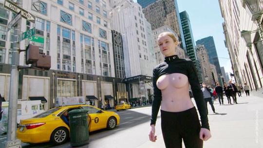 【外人】ウクライナ人モデルのエミリー・ブルーム(Emily Bloom)がニューヨークでおっぱい丸出し野外露出ポルノ画像 925