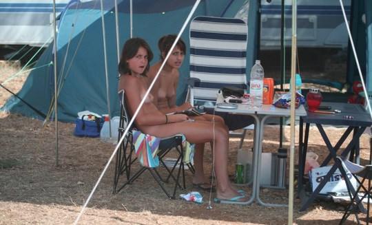【外人】女姉妹と母親が全裸でBBQしてる所を盗撮した露出ポルノ画像 933