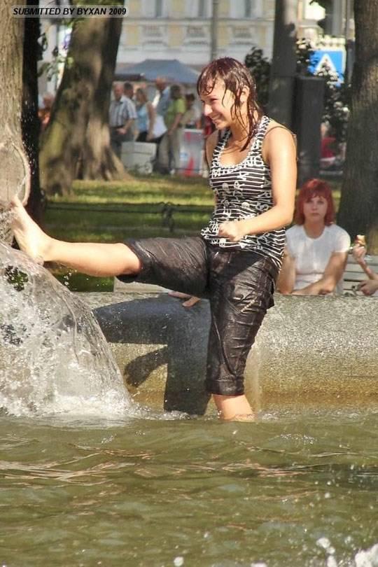 【外人】ロシアの素人娘が野外の噴水でじゃれ合っておっぱい丸見えな露出ポルノ画像 935