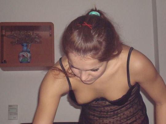 【外人】妻や姉妹のおっぱいの谷間が撮れちゃった胸チラポルノ画像 97