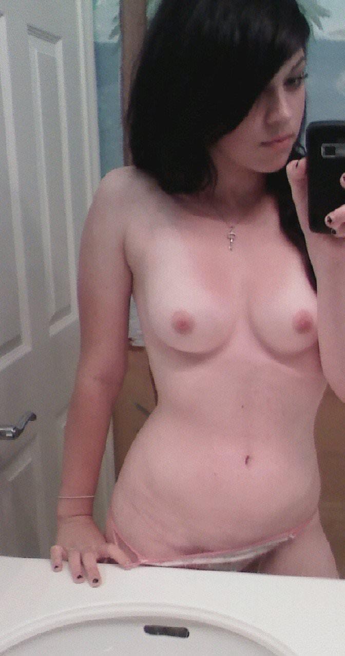 【外人】彼氏のおかずにと自撮りおっぱいを撮影した素人ポルノ画像 65