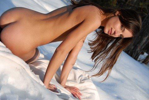 【外人】真っ白な雪原でお披露目する北欧美女の露出ヌードポルノ画像 0124