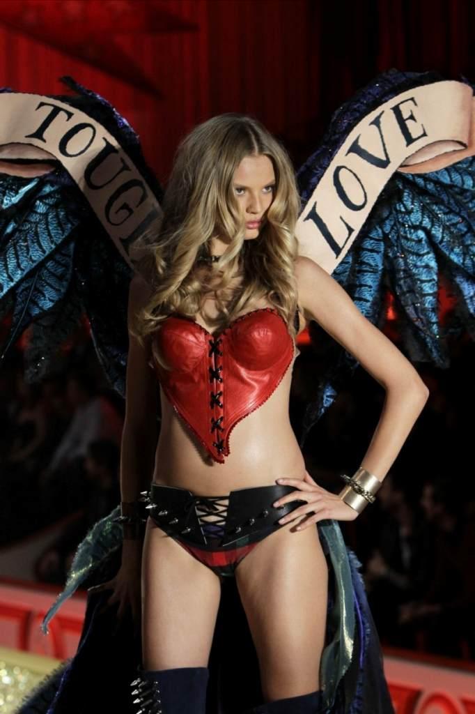 ヨーロッパのファッションショーがストリップと化してエロ過ぎるポルノ画像 1030