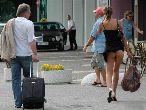 【外人】胸チラパンチラ当たり前な海外美女たちの街撮りポルノ画像 1216