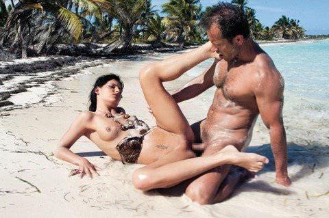 ヌーディストビーチでパッコンパッコンエッチしまくってる海外美人のセックスポルノ画像 1554