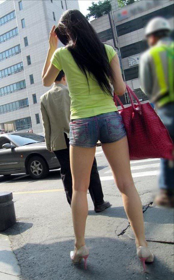 ミニスカの韓国人素人娘を街撮りした盗撮ポルノ画像 1741
