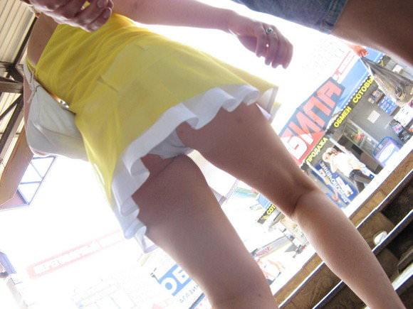 【外人】胸チラパンチラ当たり前な海外美女たちの街撮りポルノ画像 180