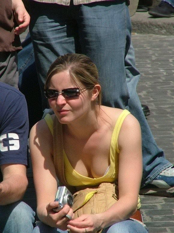 【外人】胸チラパンチラ当たり前な海外美女たちの街撮りポルノ画像 208