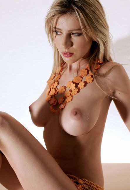 掌に収まり切らない白人美人の超巨乳おっぱいポルノ画像 2141